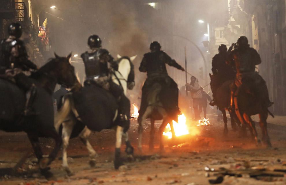Конная полиция против демонстрантов