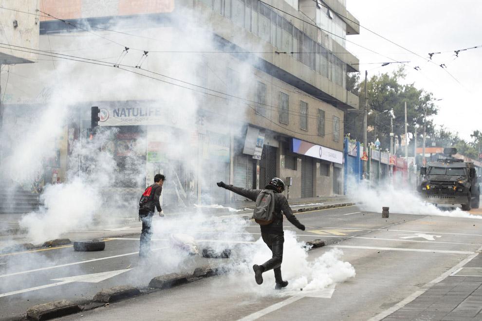 Товарищ пинком отправляет баллон со слезоточивым газом обратно полицейским