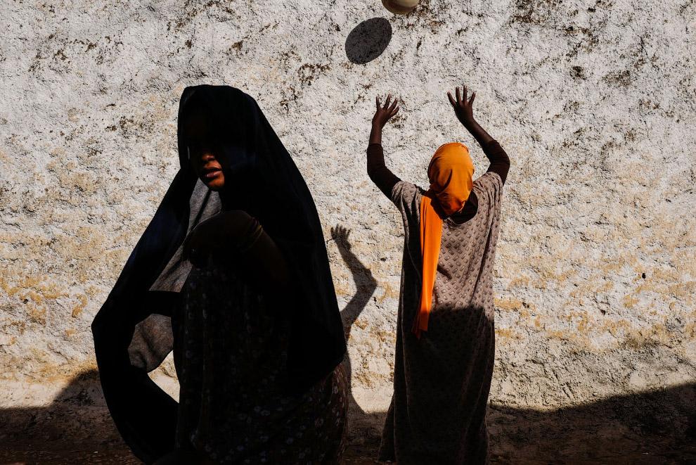 Женщина с мячом, Харар, Эфиопия