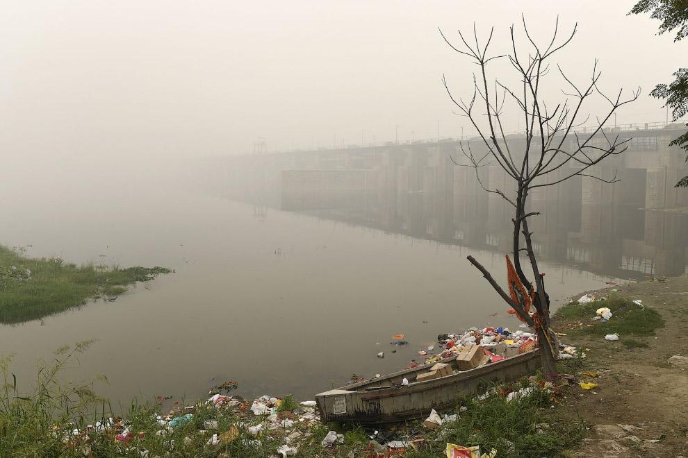 Смог, мусор на реке. Нью-Дели