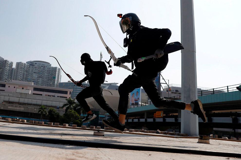 Необычный инструмент у протестующих: лук