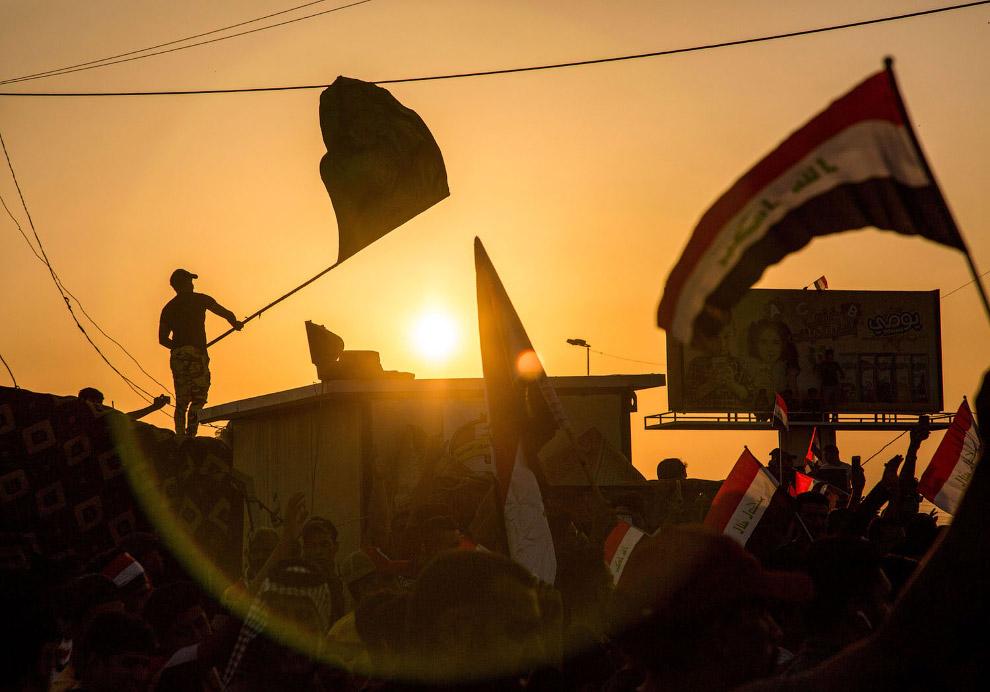 Протестующие с флагами