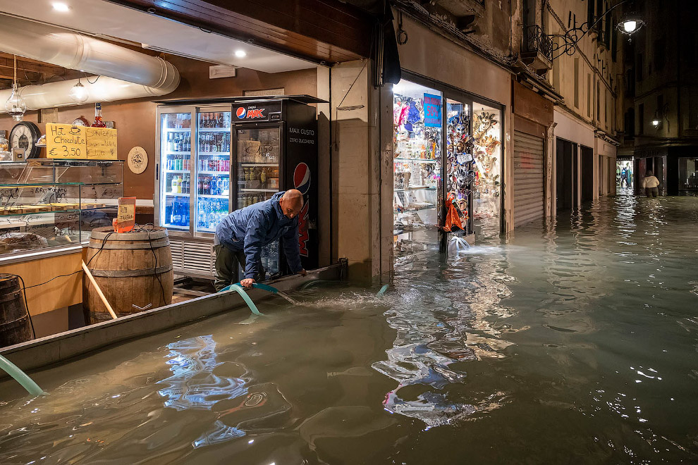 Собственники магазинов откачивают воду, Венеция