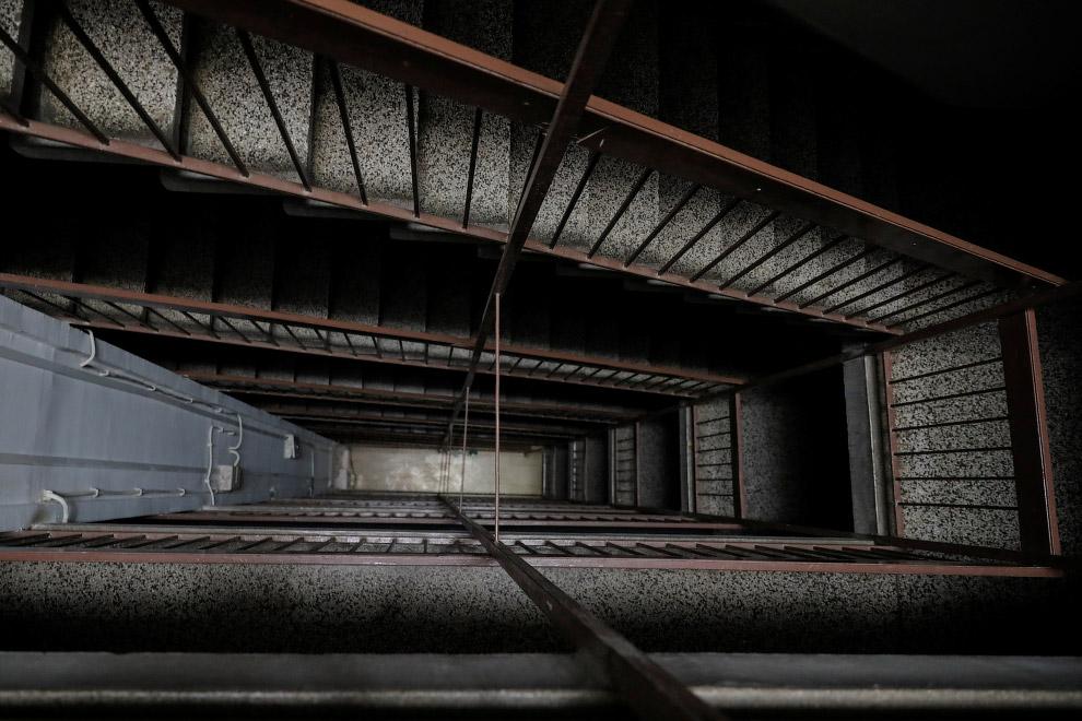 Брутальная лестница в жилом доме, Белграде, Сербия