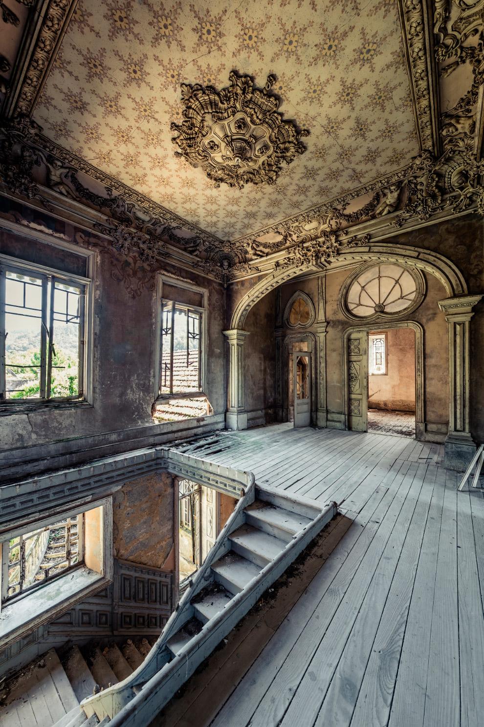 Заброшенный дом с потрясающим потолком