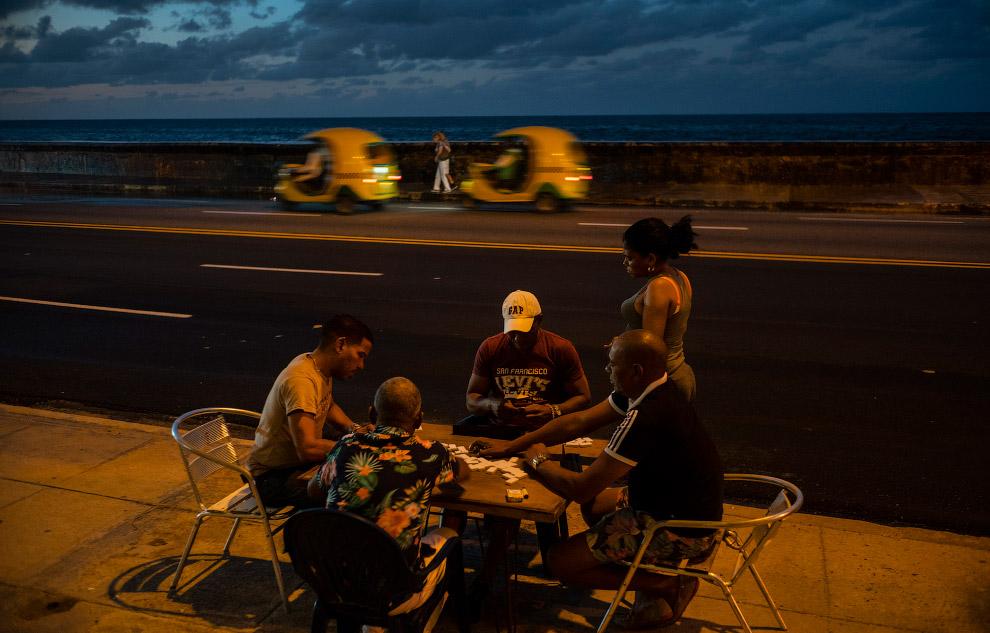 Любителі доміно прямо на дорозі в Гавані, Куба