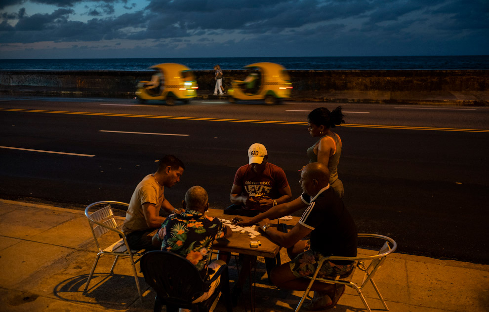 Любители домино прямо на дороге в Гаване, Куба