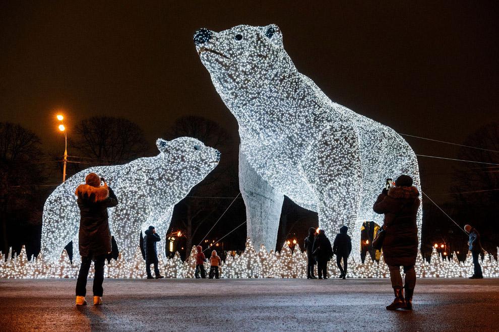 Новогодние световые инсталляции в парке Горького в Москве
