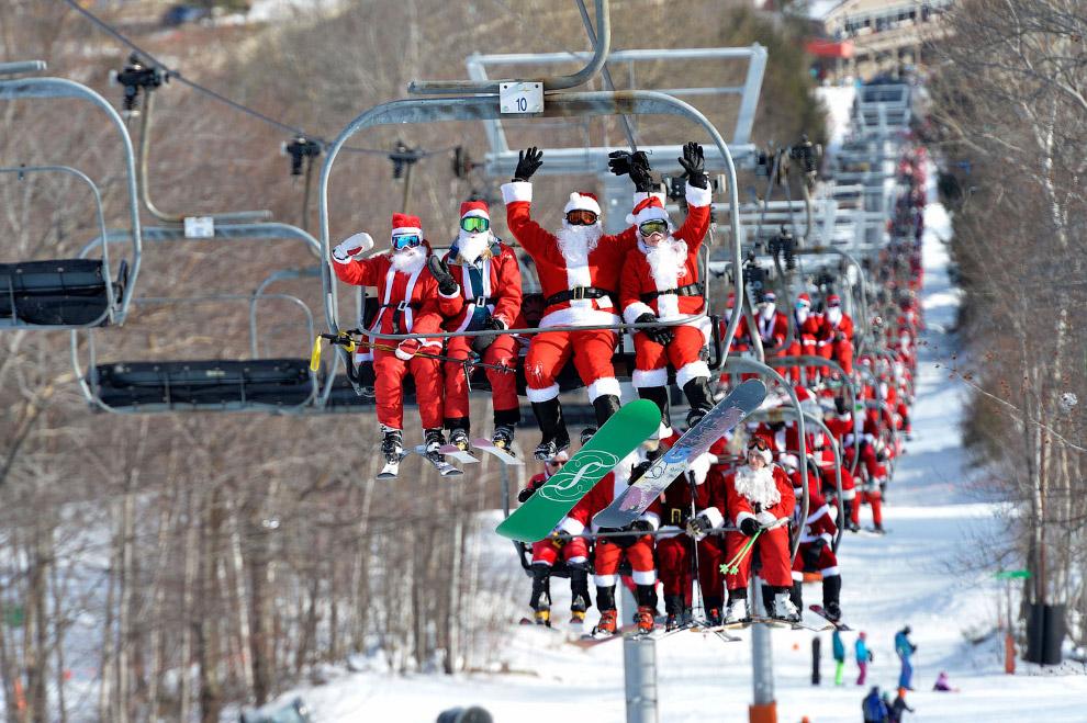 Санта-Клаус едут на лыжном подъемнике в штате Мэн