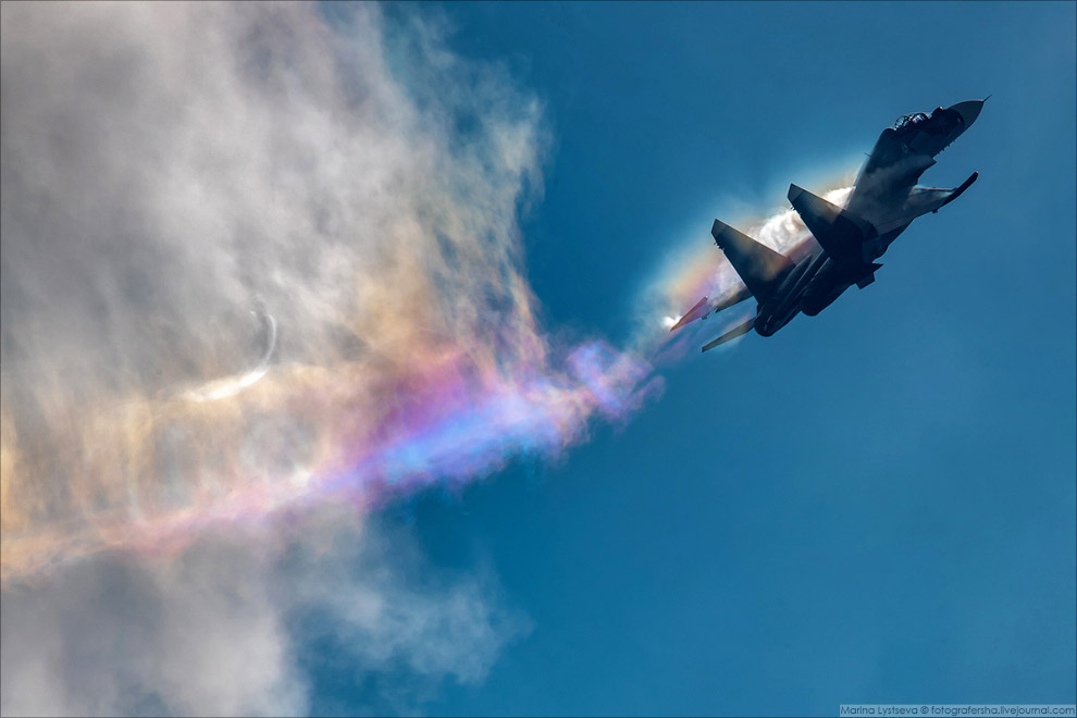 Су-30СМ вытягивает кусок радуги из облака.