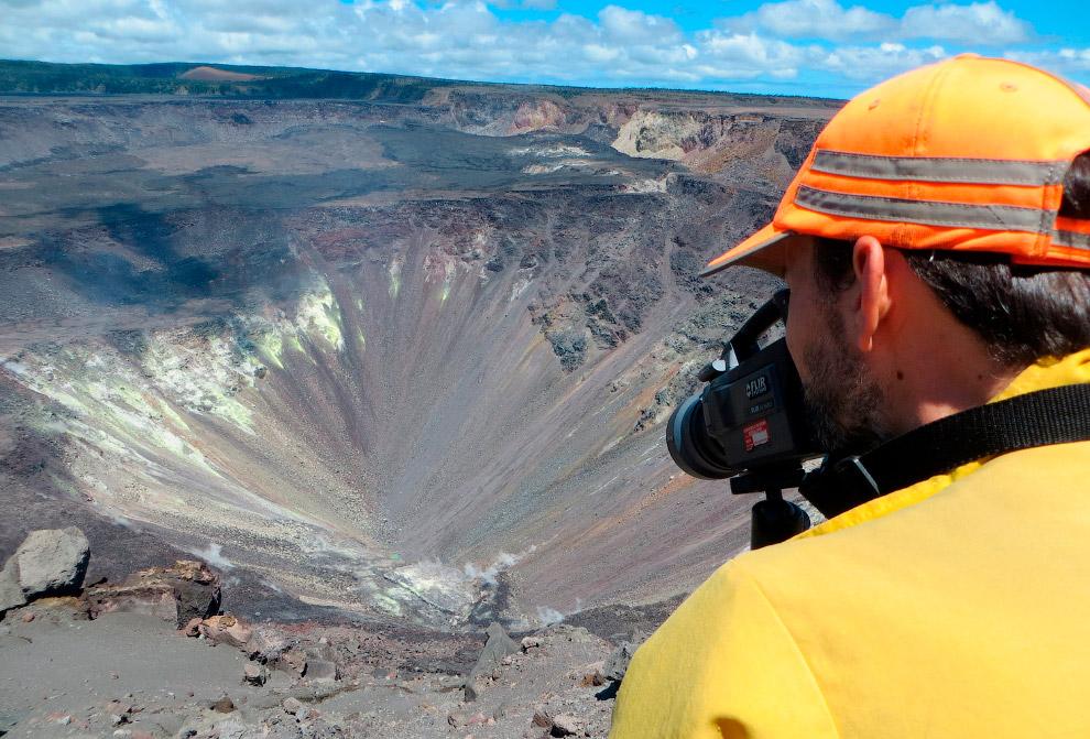 Ученые снимают кратер вулкан Килауэа
