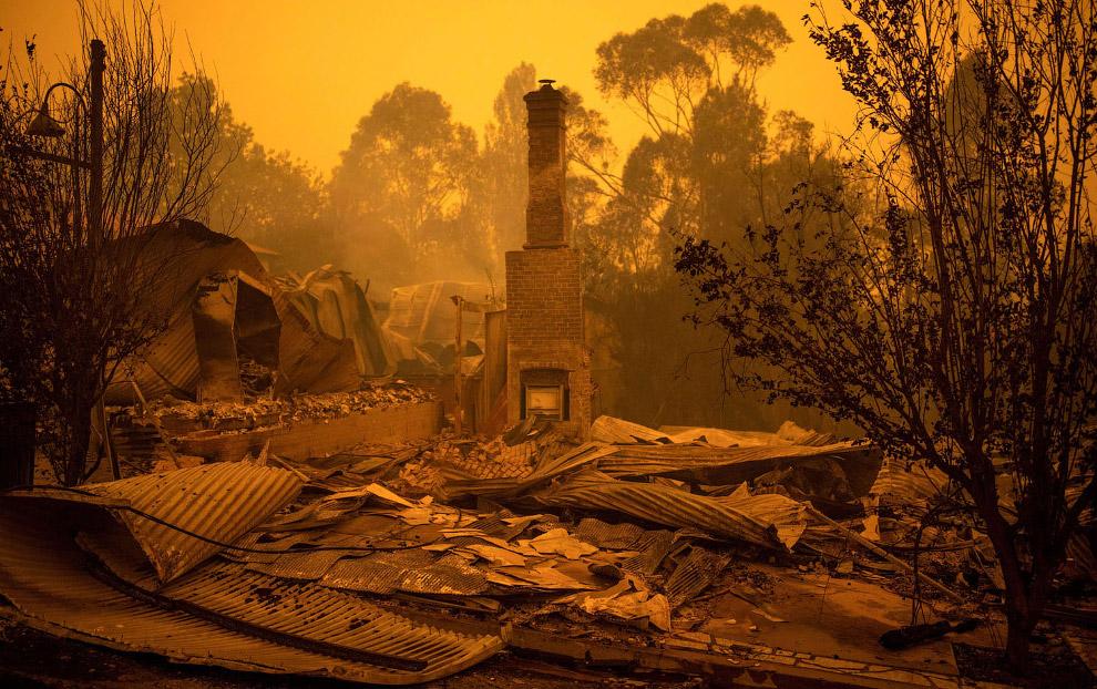 Остатки сгоревших зданий в городе Кобарго