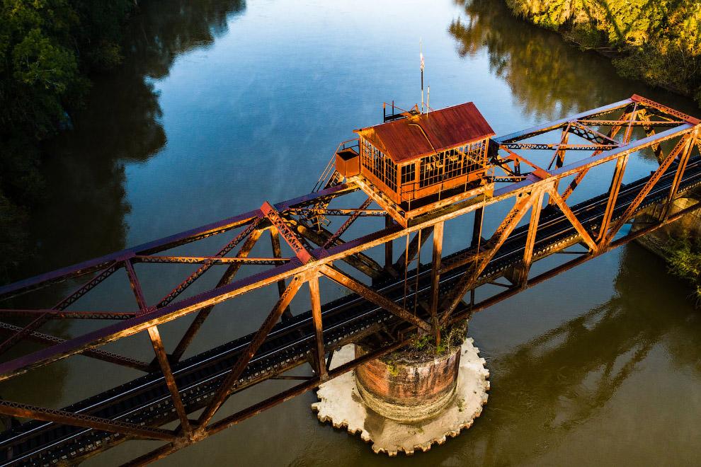 Вид с воздуха на старый железнодорожный мост
