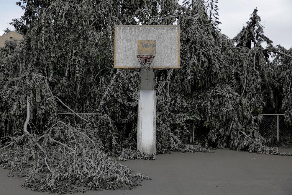 Баскетбольная площадка покрыта вулканическим пеплом в Талисае