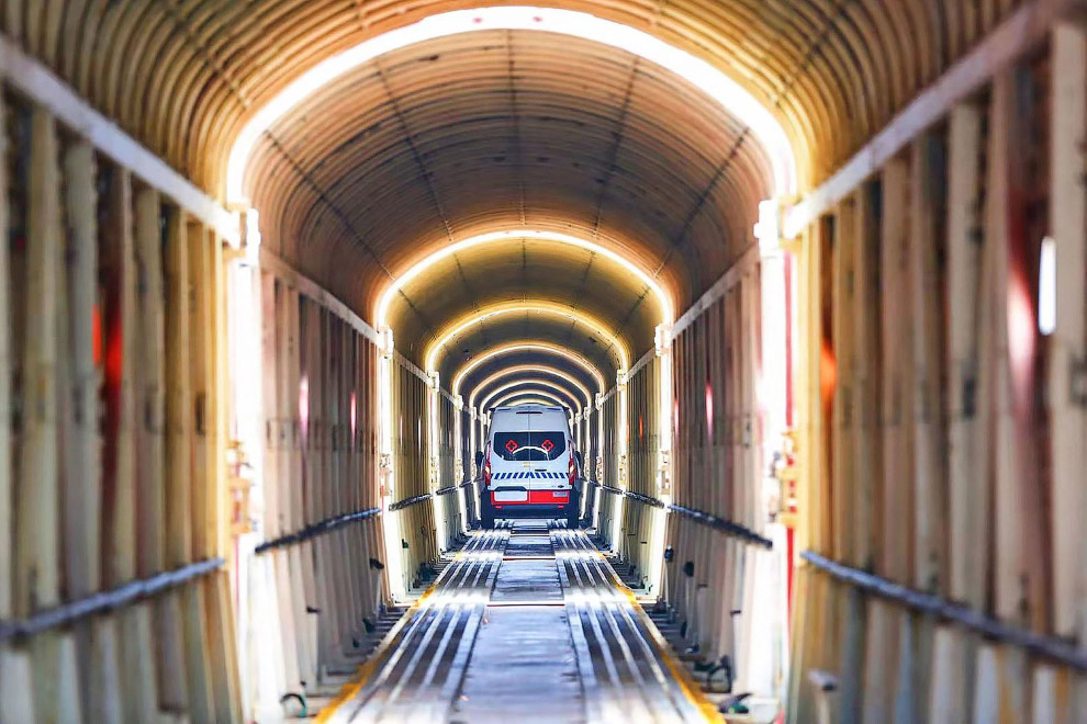 Машины скорой помощи поездами переправляются в нужные места