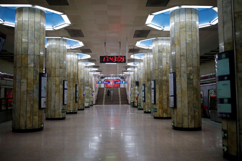 Почти пустое метро в Пекине