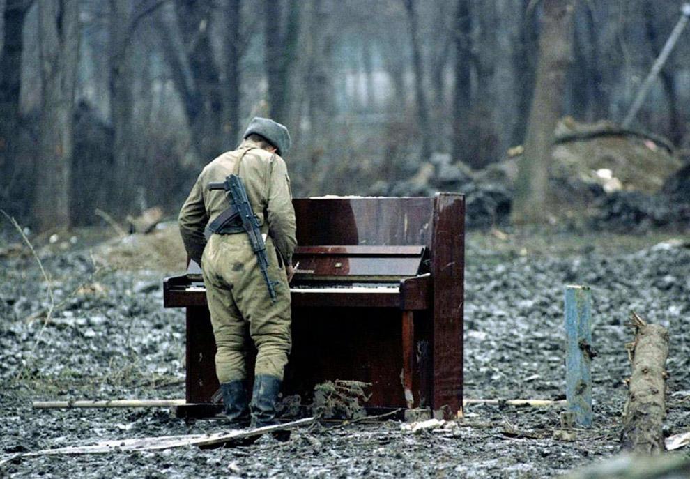 Русский солдат играет на брошенном пианино в Чечне