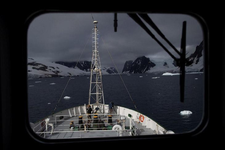 Корабль с исследователями
