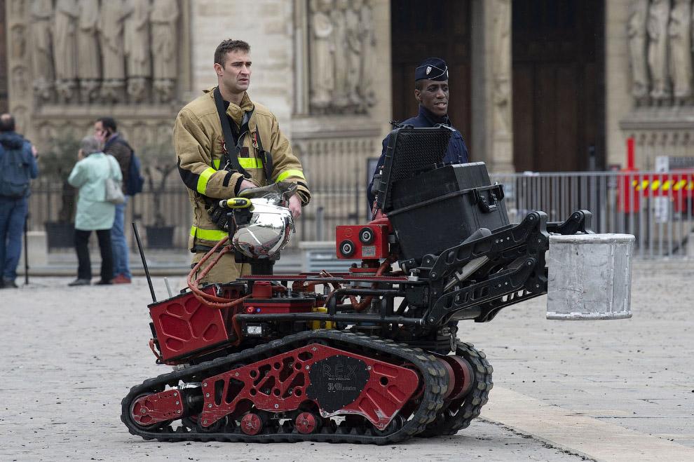 Робот-пожарный возле Собора Нотр-Дам в Париже после крупного пожара