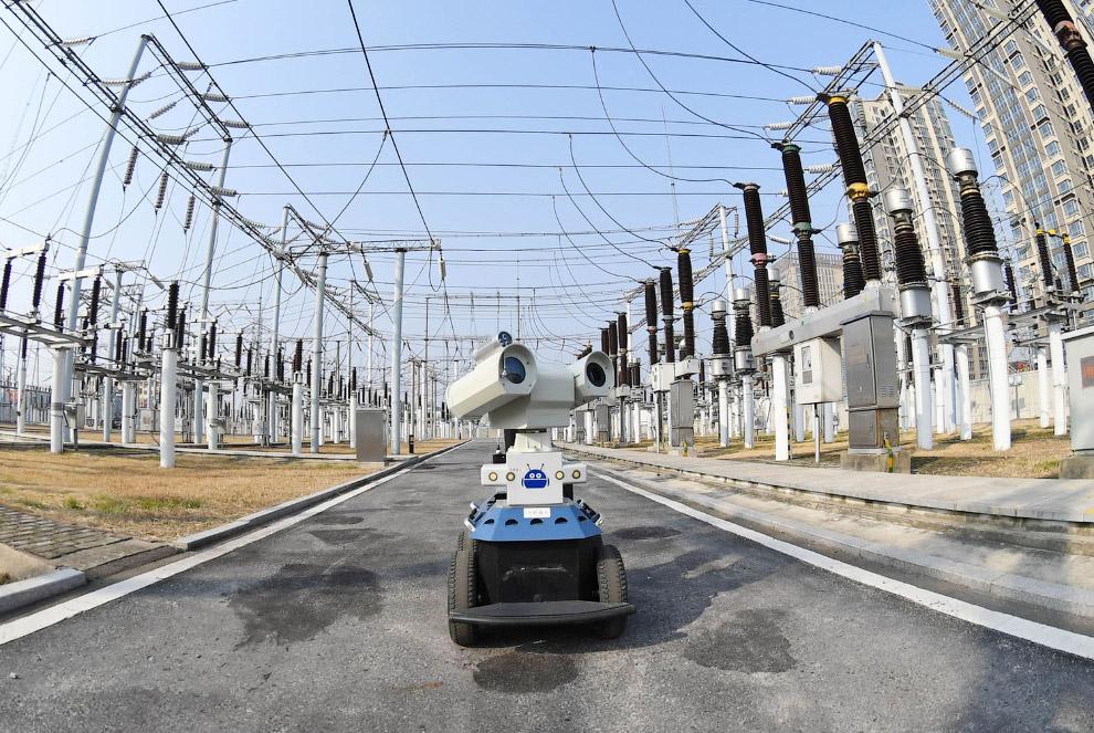 Робот проверяет работу электростанции