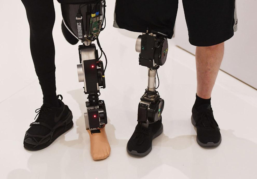 Бионические конечности на выставке в Лас-Вегасе, штат Невада