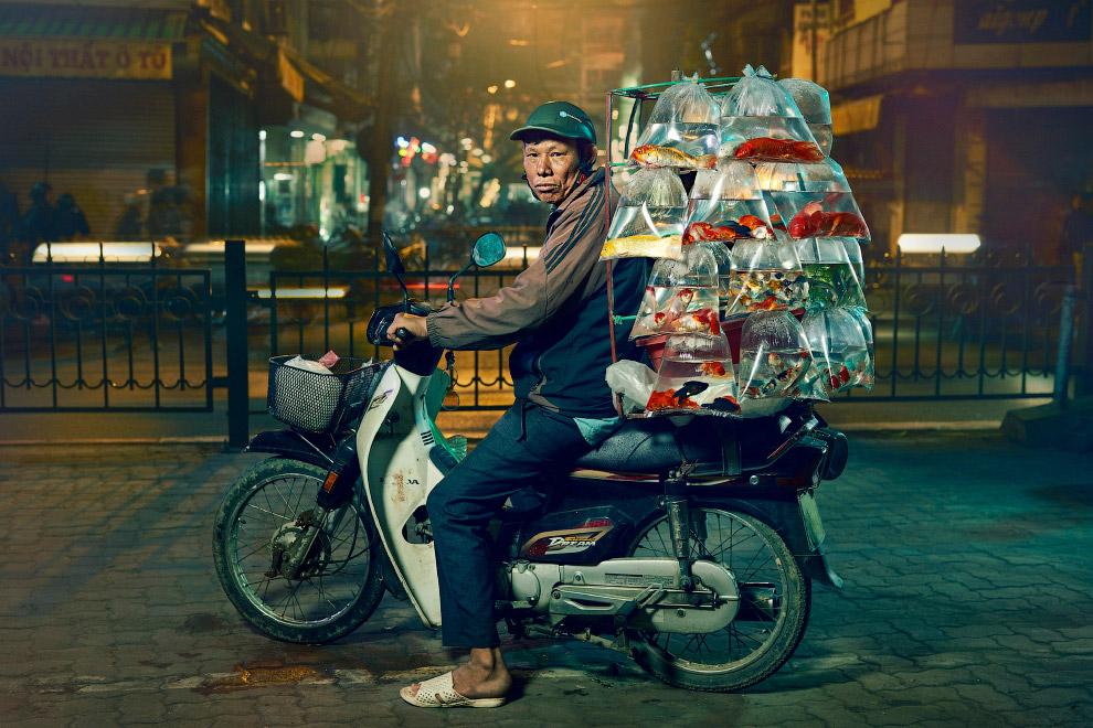 Продавец рыбок на улицах Ханоя, Вьетнам