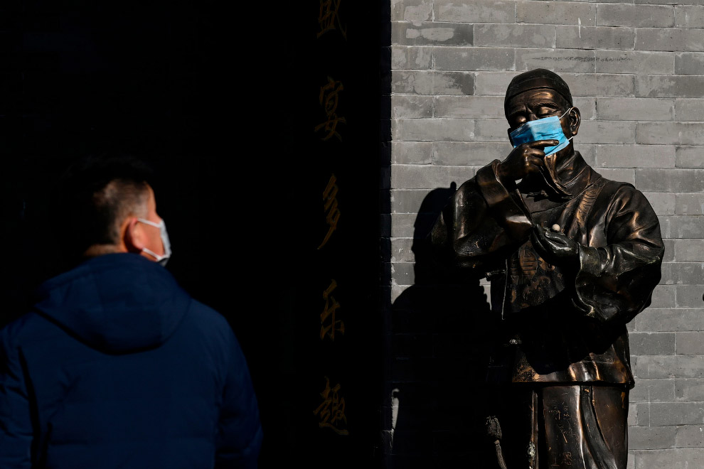 Даже на бронзовой статуи в Пекине маска