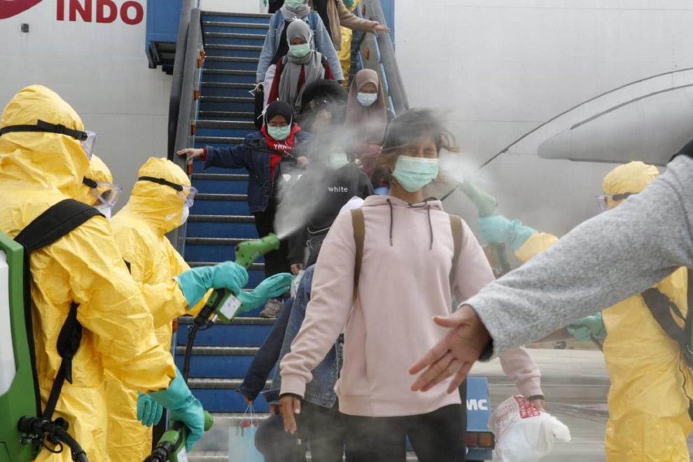 Пребывающих в Индонезию из Китая обрабатывают химией