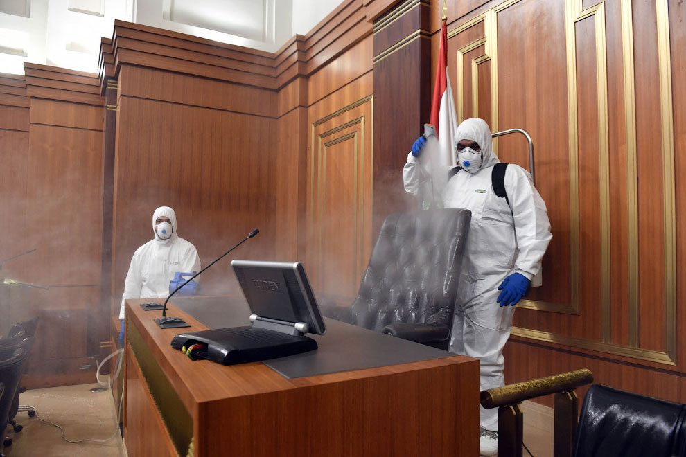 Проведение дезинфекции от коронавируса в здании ливанского парламента