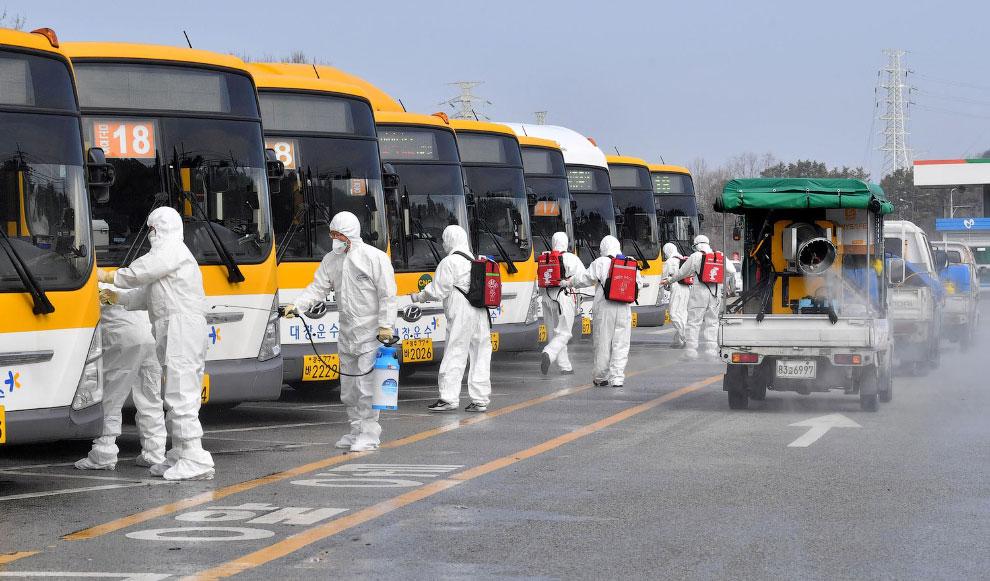 Проведение дезинфекции от коронавируса в Кванджу, Южная Корея