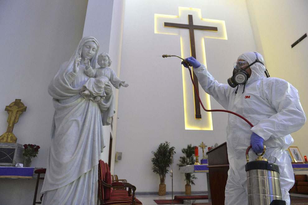 Дезинфекция в церкви в Бейруте, Ливан