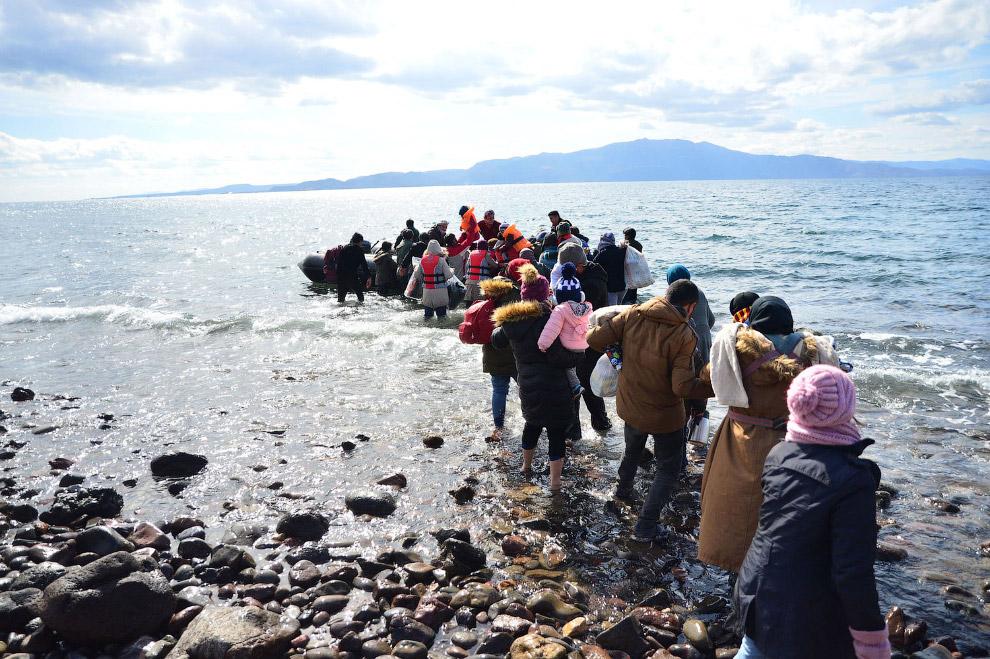Мигранты на надувных лодках с турецкого побережья в провинции Чанаккале, через часть Эгейского моря