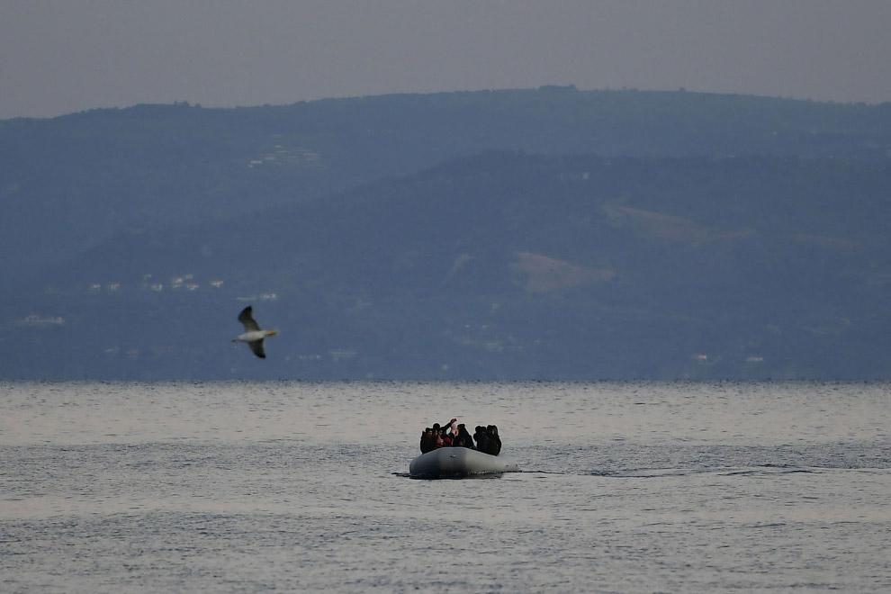 Мигранты плывут на греческий остров Лесбос