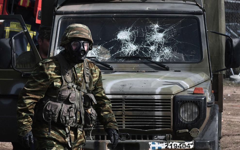 Армейская машина пострадала в стычках с мигрантами