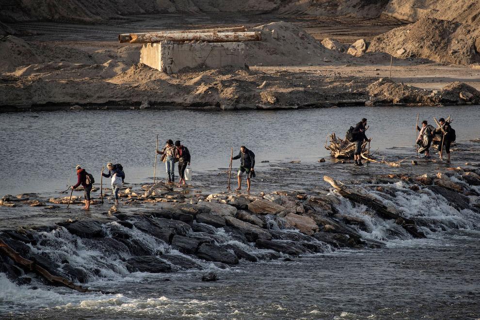 Мигранты пересекают реку Эврос