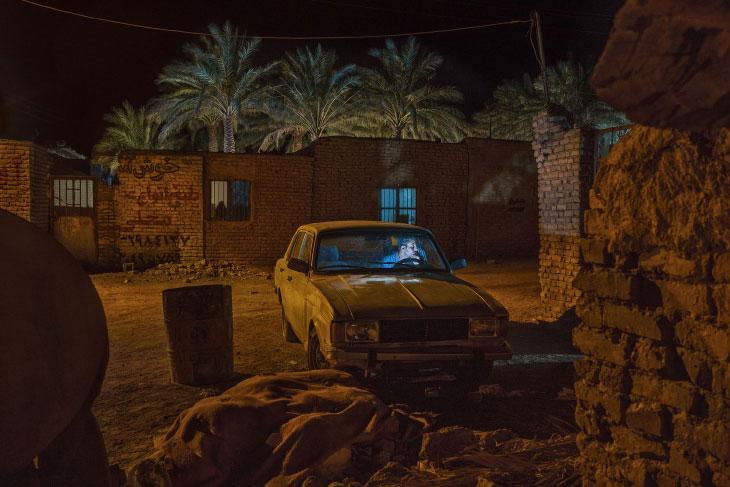 Иранский квартал, человек в машине и пальмы