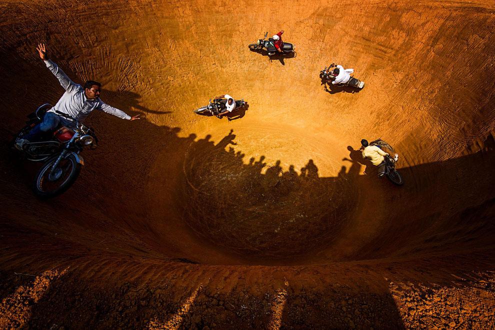Мотоциклисты в «колодце смерти», Индия