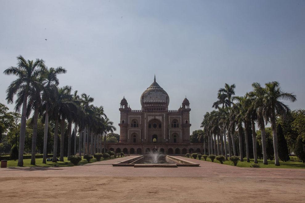 Туристов не видно у гробницы Сафдарджанга