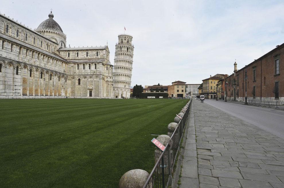 Одинокая падающая башня в Пизе, Италия