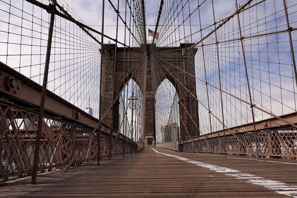 Пустой Бруклинский мост в Нью-Йорке