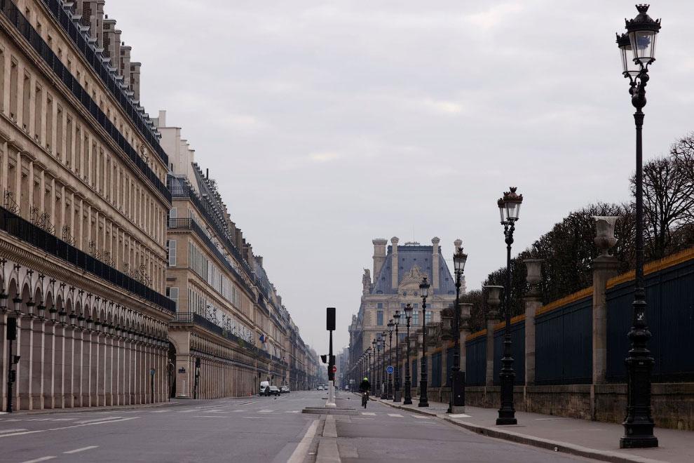 Пустая улица Риволи в Париже