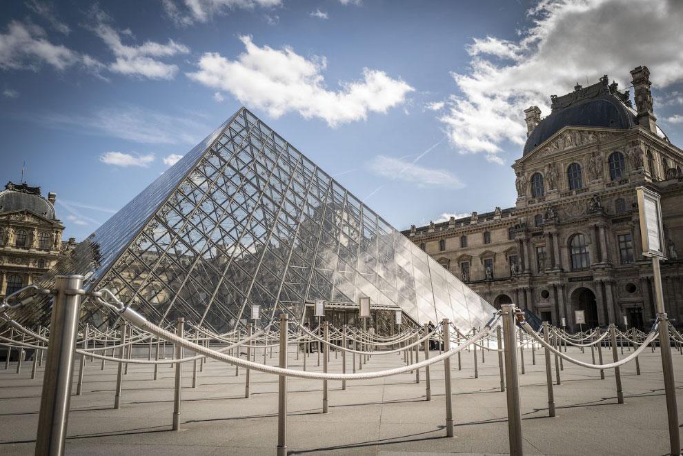 Закрытый Лувр в Париже