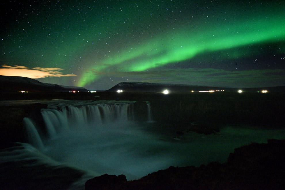 Северное сияние над водопадом Годафосс в Исландии