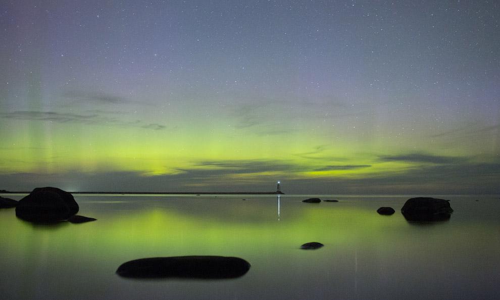 Северное сияние над Ладожским озером в Ленинградской области