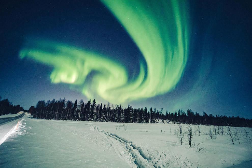 Северное сияние в небе в Рованиеми, Финляндия