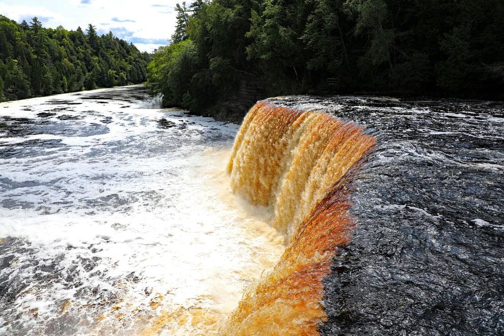 Водопад в верхнем полуострове Мичигана