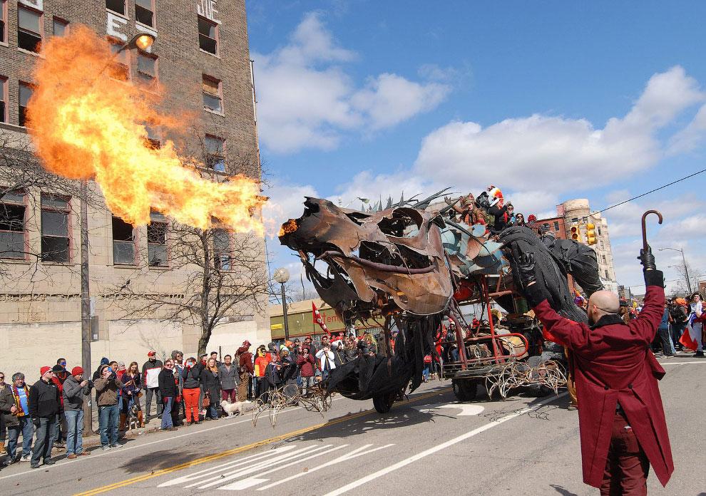 Огненный дракон на улицах Детройта