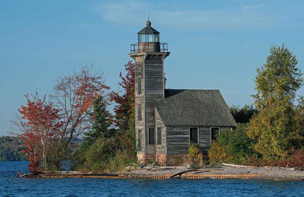 Исторический деревянный маяк The Grand Island East Channel Light
