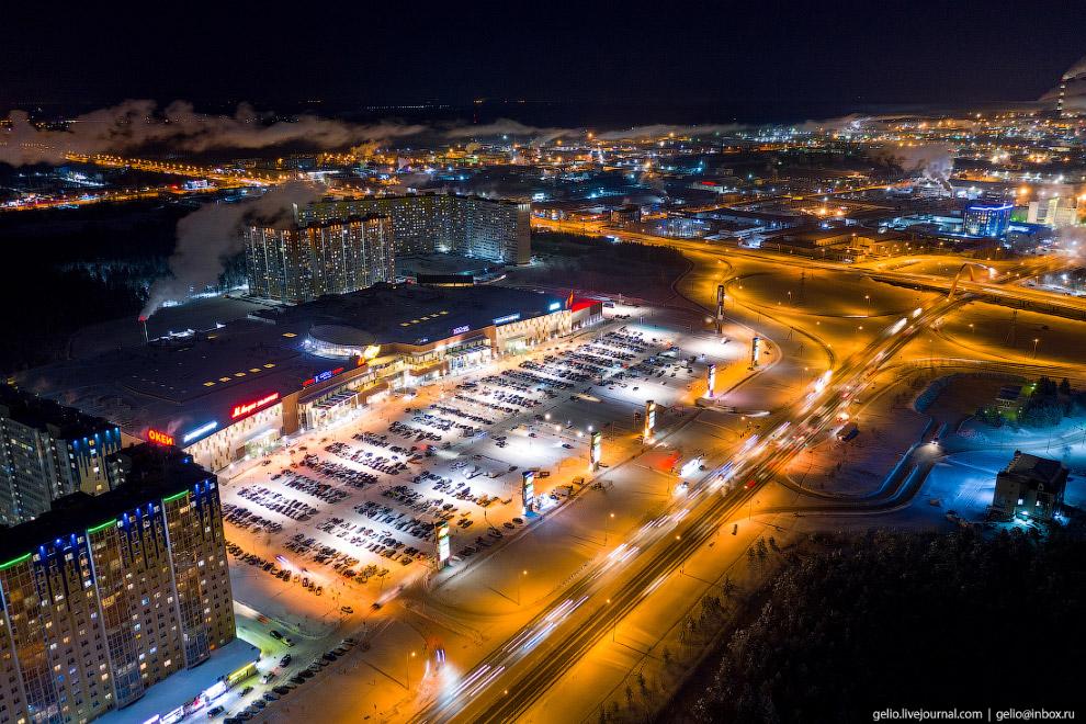 31. «Аура» — крупнейший торговый комплекс Сургута, находится у въезда в город по Тюменскому тракту.
