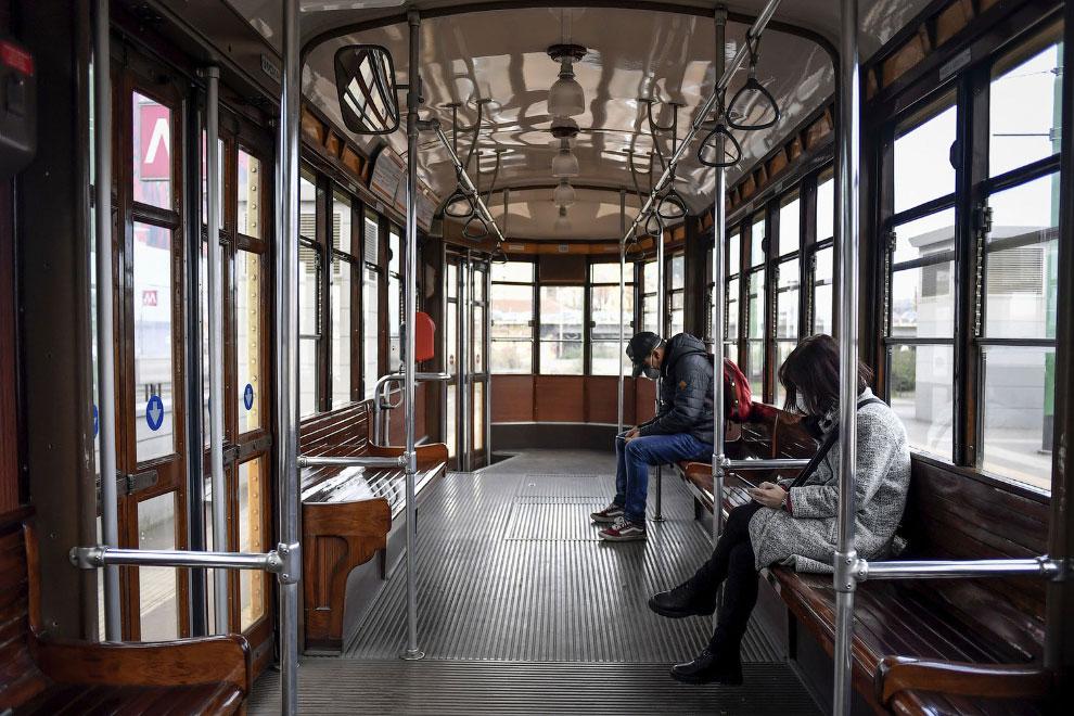 Безлюдный трамвай в центре Милана, Италия